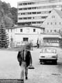 Rudi Kupfer 1980, im Hintergrund Verwaltungsgebäude des HWA - Geschichte Deutschland DDR Memoiren Junge vom Knack